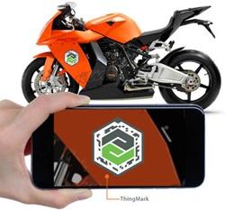 Ręka trzymająca telefon ze znakiem ThingMark dla rzeczywistości rozszerzonej.