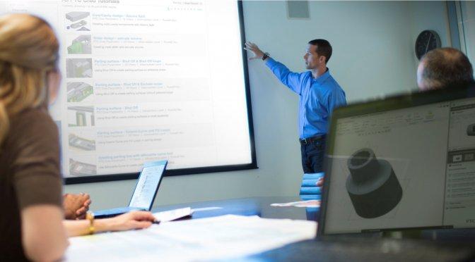 Grafika przedstawiająca instruktora prowadzącego szkolenie z Creo Parametric.